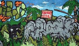 Grafitti färgrik vägg på en gammal byggnad, del av staden, var konstnärer dekorerade de gamla byggnaderna och fabriksväggarna Arkivbild