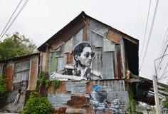 Grafitti för minnesmärke till hans majestät gör till kung Bhumibol Adulyadej på den gamla husväggen Arkivfoto