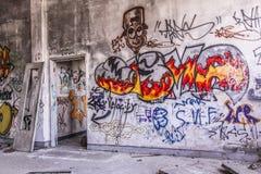 Grafitti i övergett hus Royaltyfri Bild