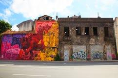 Grafitti i övergett hus Arkivbilder