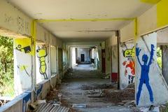 Grafitti i övergiven byggnad Arkivbild