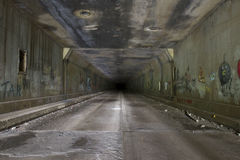 Grafitti i övergiven tunnel Arkivfoton