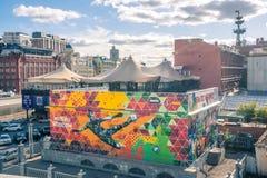 Grafitti i den centrala Moskva som visar den nationella ryssfotbollslagmålvakten, sparkade den spanska bollen och gjorde vägen fö royaltyfri foto