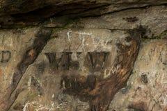 Grafitti i grottan för St Cuthberts, Northumberland england UK Royaltyfri Foto