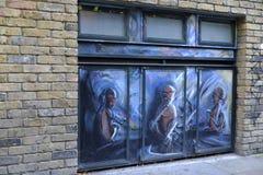 Grafitti i och runt om tegelstengränden London England Royaltyfria Foton