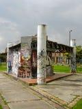 Grafitti i väggarna av en övergiven struktur. Arkivbild