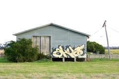 Grafitti märker på landsskjul Royaltyfri Foto
