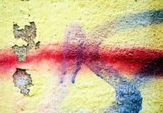 Grafitti målarfärg, gula blåa röda toner på gamla antika Venetian väggar arkivfoton