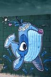 Grafitti med fisken på strandväggen royaltyfri foto