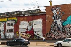 Grafitti Minsk, Vitryssland, Oktyabrskaya gata, gatakonst som göras av den brasilianska konstnären Ramon Martins, Brasilien gata, royaltyfri fotografi