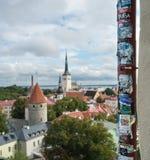 Grafitti och annonser ovanför den gamla staden av Tallinn Arkivbild