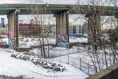 Grafitti och bron Arkivfoto