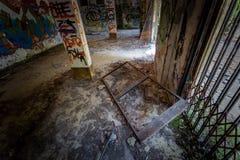 Grafitti och sikter av den övergav staden av Consonno Lecco, Ita royaltyfri bild