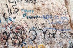 Grafitti på berget vaggar i UAE Royaltyfri Fotografi