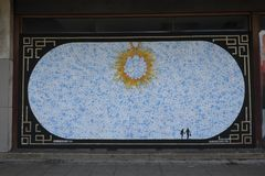 Grafitti på boardedup shoppar i nedskärningshoppinggallerit St George `` går i Croydon Royaltyfria Bilder