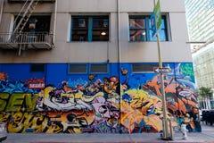 Grafitti på byggnad i gränd Royaltyfri Bild