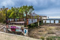 Grafitti på den övergav flodstrukturen i Baton Rouge arkivfoton