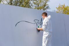 Grafitti på den vita väggen Arkivbilder