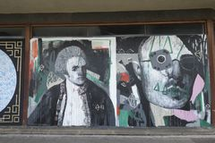 Grafitti på en closedup shoppar i nedskärningshoppinggallerit St George `` går i Croydon royaltyfri foto