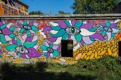 Grafitti på en oavslutad byggnad Arkivbild