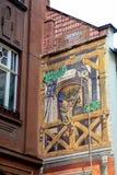 Grafitti på en vägg av en bar i Lviv En munk med ett rep som lyfter en påfyllning Arkivbilder