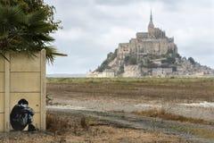Grafitti på ett staket och en Mont Saint Michel Royaltyfri Fotografi
