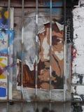Grafitti på som stigas ombord upp trädörr Royaltyfria Bilder