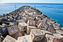 Grafitti på stenar av en vågbrytare i Santa Cruz de Tenerife, Royaltyfri Bild