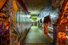 Grafitti på väggarna av den Krog gatan gräver in Arkivbilder