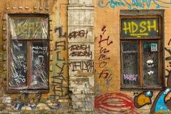 Grafitti på väggarna av det gamla huset arkivbilder