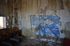 Grafitti på väggen av den övergav skolan Royaltyfri Bild