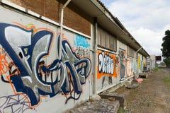 Grafitti på väggen i grungy område royaltyfri bild