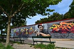 Grafitti på väggen i parkera Arkivbild