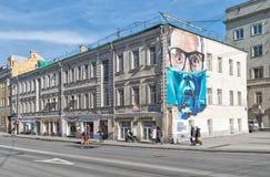 Grafitti som målas på gammalt hus i Moskva Royaltyfria Bilder