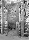 Grafitti som täcker en källarevägg Arkivfoton