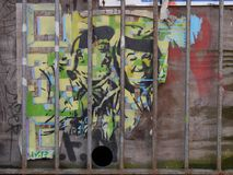 Grafitti som visar lager, & härdat arkivbild