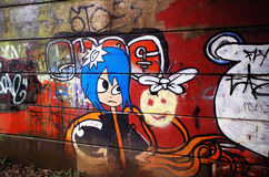 Grafitti under järnvägsbron arkivbild