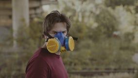 Grafittiförlage med respiratormålning på gataväggen 4K stock video