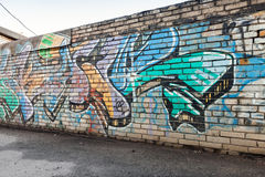 Grafittifragment med färgrika kaotiska textbeståndsdelar Royaltyfria Foton