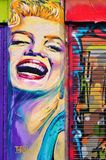 Grafittigatakonst som föreställer Marilyn Monroe i den tegelstengrändShoreditch grannskapen av London royaltyfri bild