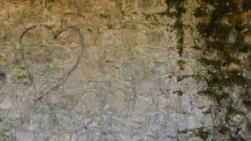 Grafittihjärta på den gamla stenväggen Royaltyfria Bilder