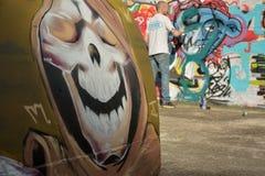 Grafittikonstnär på arbete på en ny skapelse royaltyfri foto