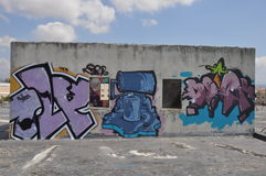 Grafittikonstvägg i Cypern royaltyfri foto