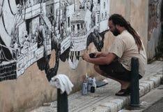 Grafittimålare på arbete Arkivbild