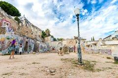 GrafittiRuine gata Art In Lisbon, Portugal royaltyfria bilder