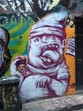 Grafittis ávidos do menino fotografia de stock royalty free
