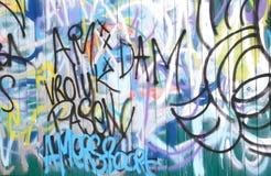 Grafittis coloridos em uma parede de madeira fotografia de stock royalty free