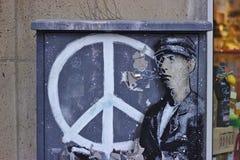 Grafittis com sinal de paz fotos de stock
