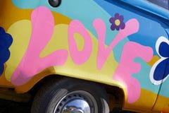 Grafittis do amor em um veículo fotos de stock