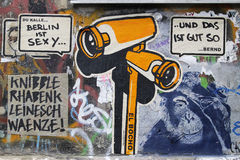 Grafittis da came do espião em Berlim, Alemanha Imagens de Stock Royalty Free